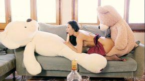 Gagicuta timida are fantezii cu ursuleti de plus