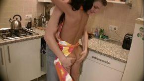 Sex in bucataria unei fete dragute si tinere