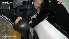 O fute intr-o parcare si ii da sperma pe pantaloni