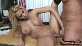 Gagica blonda adora futaiul pe birou