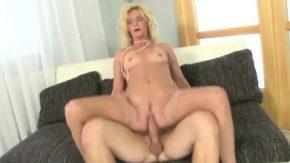 Femeia blonda are ceva miscari seducatoare