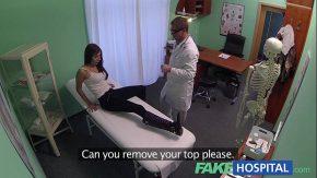Vine si o fute pe pacienta cea misto