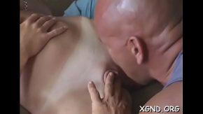 Ii pregateste pasarica de sex cu limbi la pizda