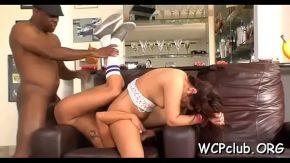 Un barbat dotat le fute pe doua femei excitate