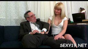 Profesorul ei ii ofera putin sex sa fie cuminte