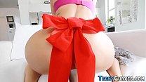 Fata cu fundul mare ofera un cadou special acestui barbat