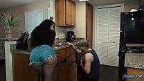 Fata cu curul mare face sex cu un instalator